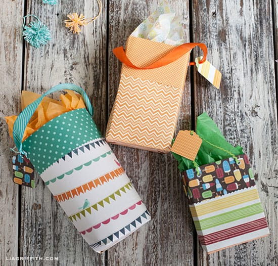 Make a coloring gift bag | Click to see all 29 creative ways to repurpose your coloring pages | #coloringpage #crafts www.sarahrenaeclark.com